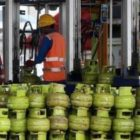 Pekerja menata tabung gas untuk pengisian tabung gas elpiji berukuran 3 Kg di Stasiun Pengisian Bahan Bakar Elpiji, Pertamina Marketing Operation Region (MOR) VII, Makassar, Sulawesi Selatan. Foto-Tribunnews